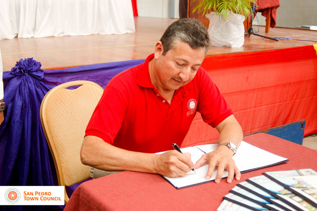 San Pedro Mayor Daniel Guerrero Signs Municipal Employment Policy