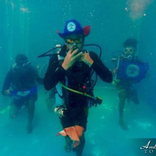 Local Belizean Diver shows his patriotism in underwater pic